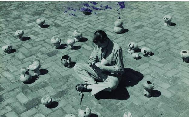 Marianne Gast, Mathias Goeritz trabajando en su serie Open Mind and Empty Head, 1950-1951. /Archivo Lafuente