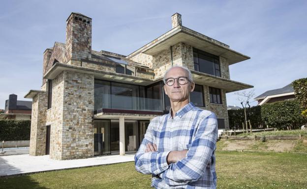 Didier Fleury posa delante de la casa que se construyó en el año 2000 con todos los parabienes en Cerrias.