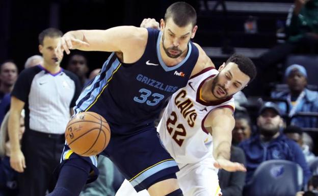 Marc Gasol disputa un balón con Larry Nance Jr.