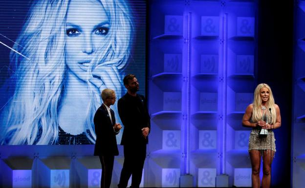 Britney Spears recibe un premio. /Reuters