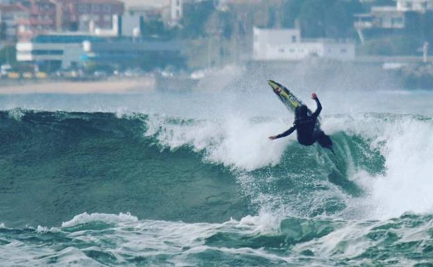 Dieciséis surfistas de élite cabalgarán este viernes sobre la ola de Santa  Marina c21fda91a38