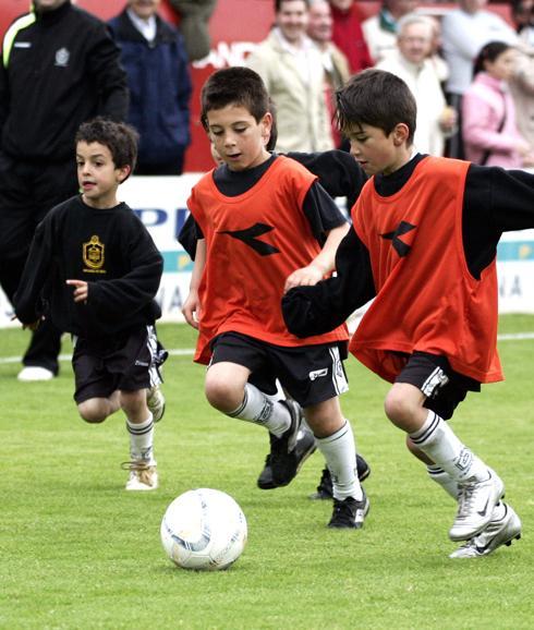 Unos niños jugando al fútbol. 3afc54a8d86a8