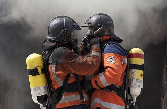 Resultado de imagen para parejas de bomberos